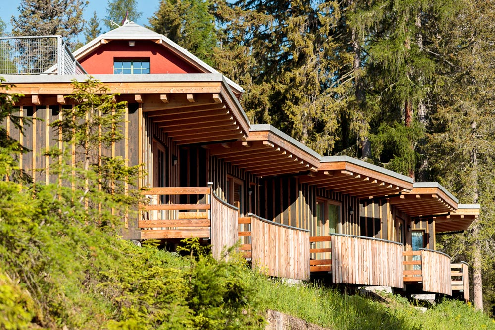Le camere dell'hotel affacciate alle montagne e ai boschi di Cortina