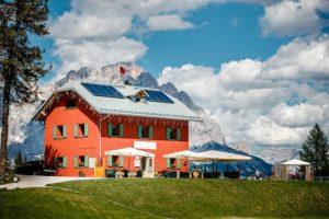 La Locanda si trova lungo la strada statale 48 delle Dolomiti a pochi minuti da Cortina