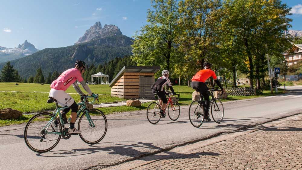 In bici sulla Strada delle Dolomiti, i passi Falzarego e Giau